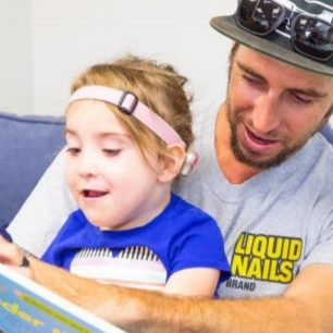 dad-reading-with-daugther